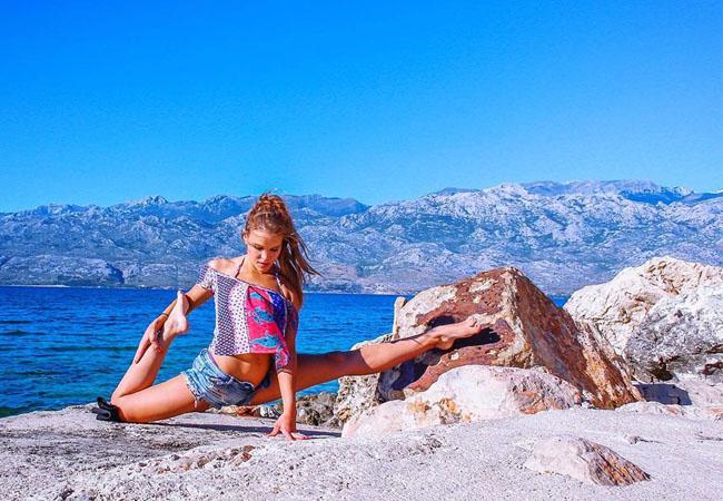 Nữ phi công đi khắp thế giới chụp ảnh luyện yoga