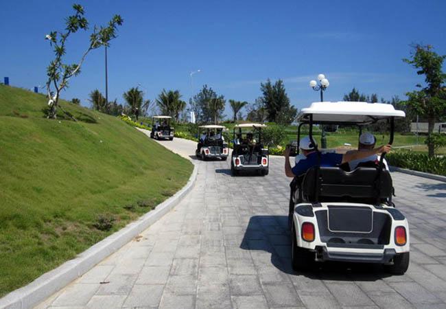 Du khách tham quan quần thể du lịch FLC Quy Nhơn bằng xe điện